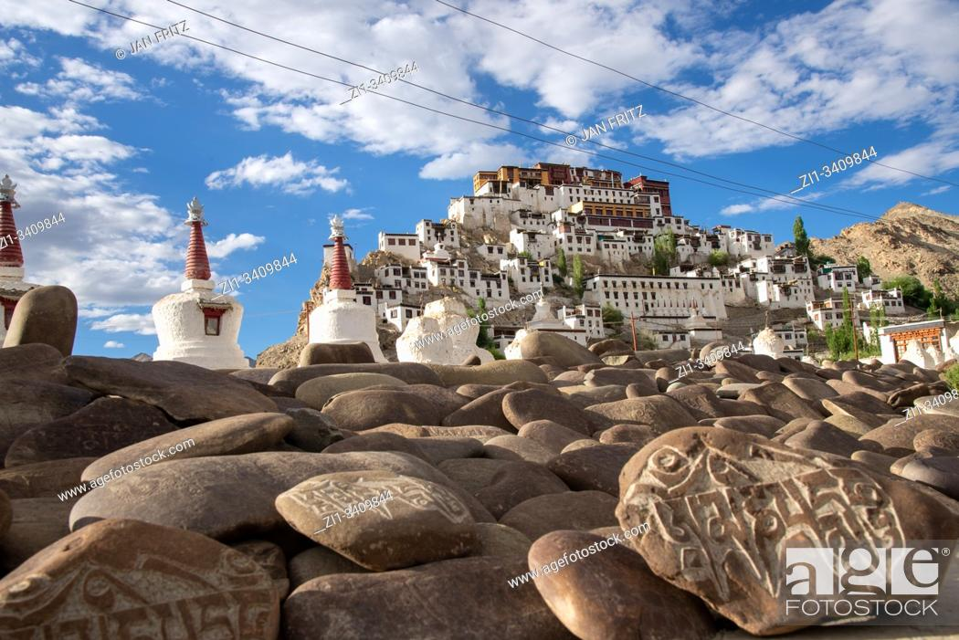 Imagen: view at Thiksey monastery with 'om- -mani-padme-hum' at stones in Ladakh, India.