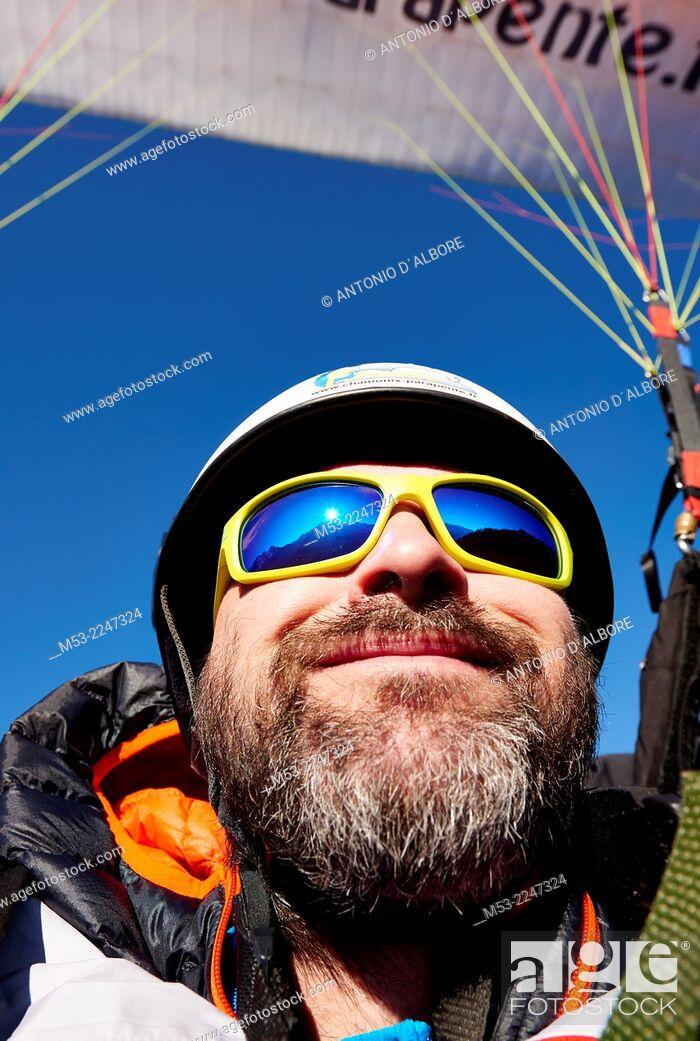 Imagen: An adult caucasian man while paragliding.