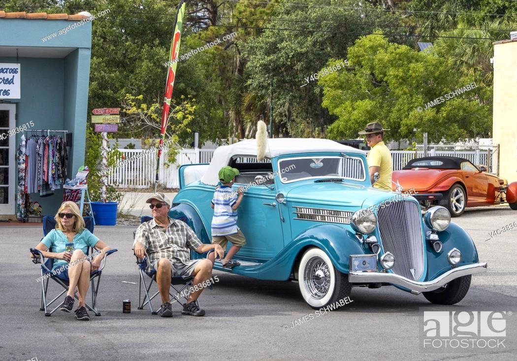 Imagen: Cruisinâ. . on Dearborn monthly car show on Dearborn Street in Englewood Florida USA.