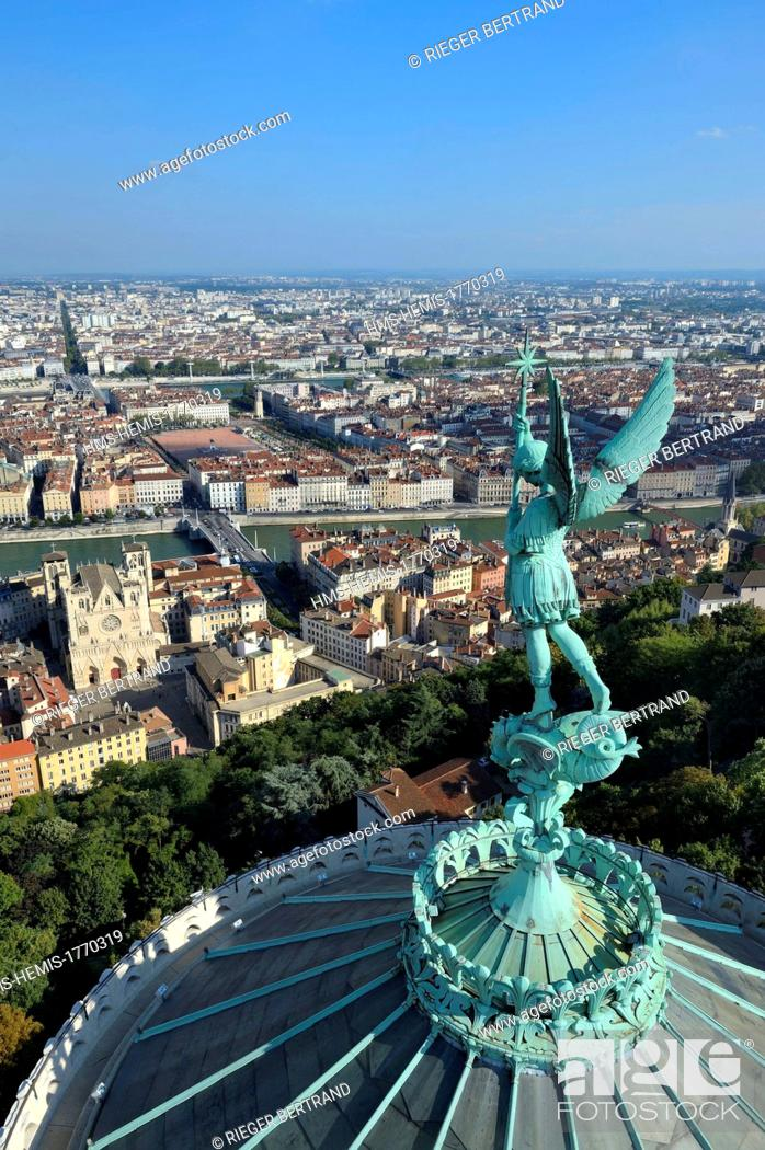 Photo de stock: France, Rhone, Lyon, historical site listed as World Heritage by UNESCO, Vieux Lyon (Old Town), the statue of the Archangel Saint Michael slaying the dragon.
