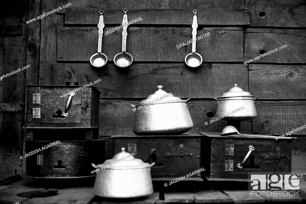 Imagen: Kitchen utensils Manali market Himachal Pradesh India Asia 1982.