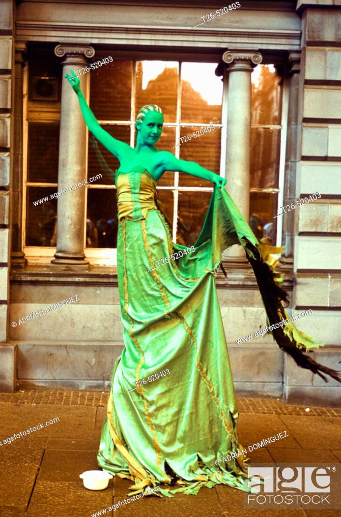 Stock Photo: Living statue at the Festival Fringe. Royal Mile. Edinburgh. Scotland. UK.