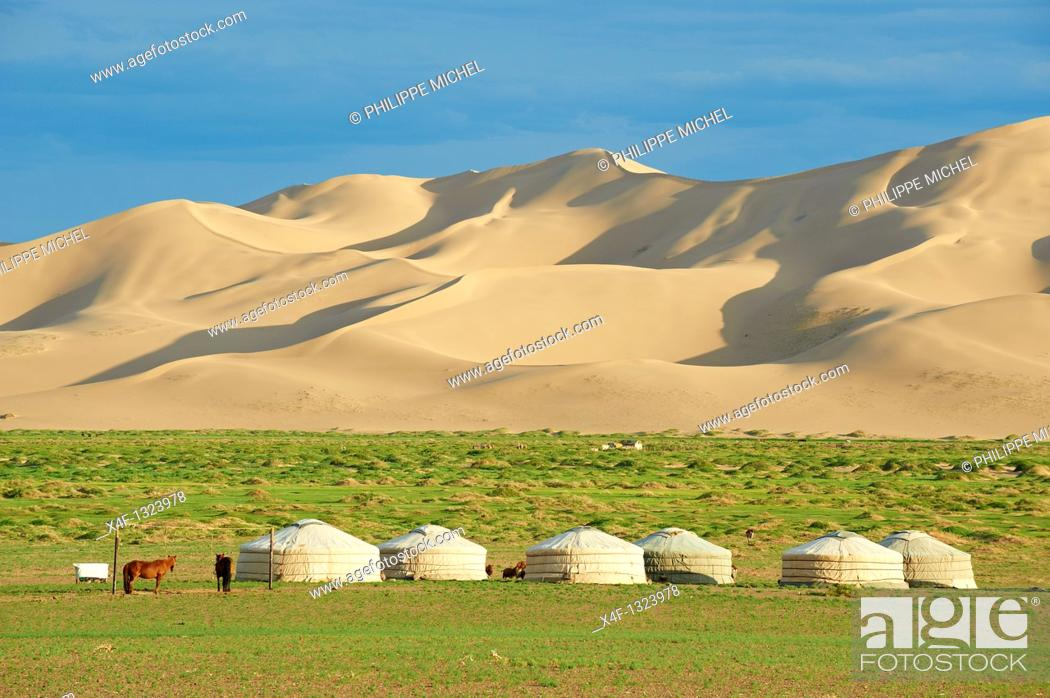 Stock Photo: Mongolia, Omnogov province, National Park of Gobi, Gobi desert, Khongoryn Els dunes, nomad camp.
