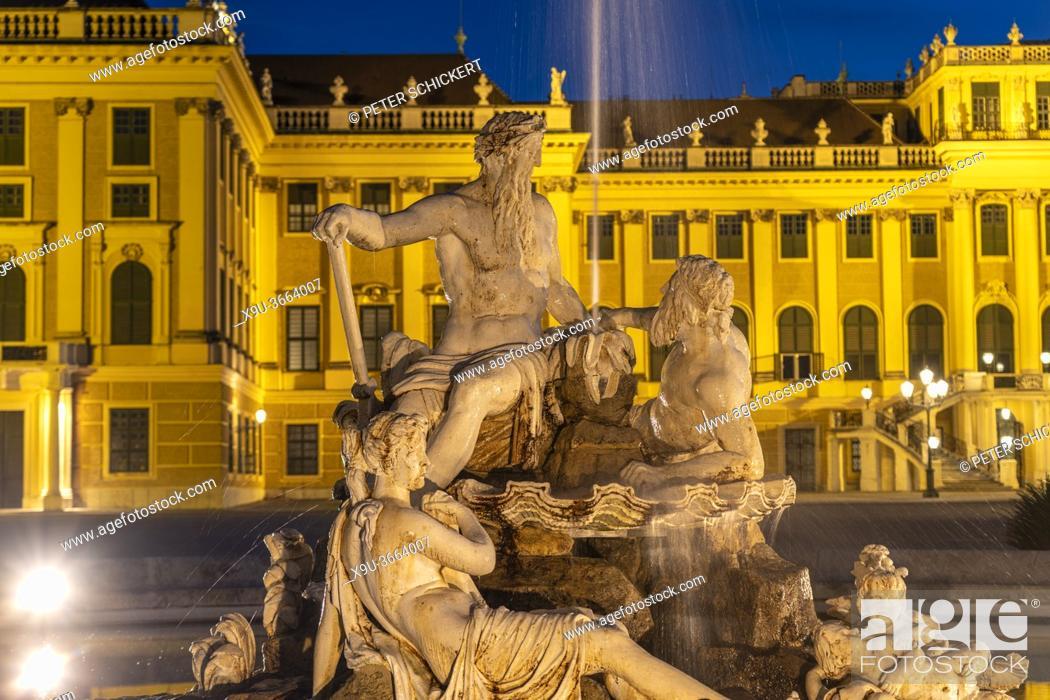 Stock Photo: Brunnen im Ehrenhof von Schloss Schönbrunn in der Abenddämmerung, UNESCO Welterbe in Wien, Österreich, Europa | Parade Court fountain and Schönbrunn Palace at.