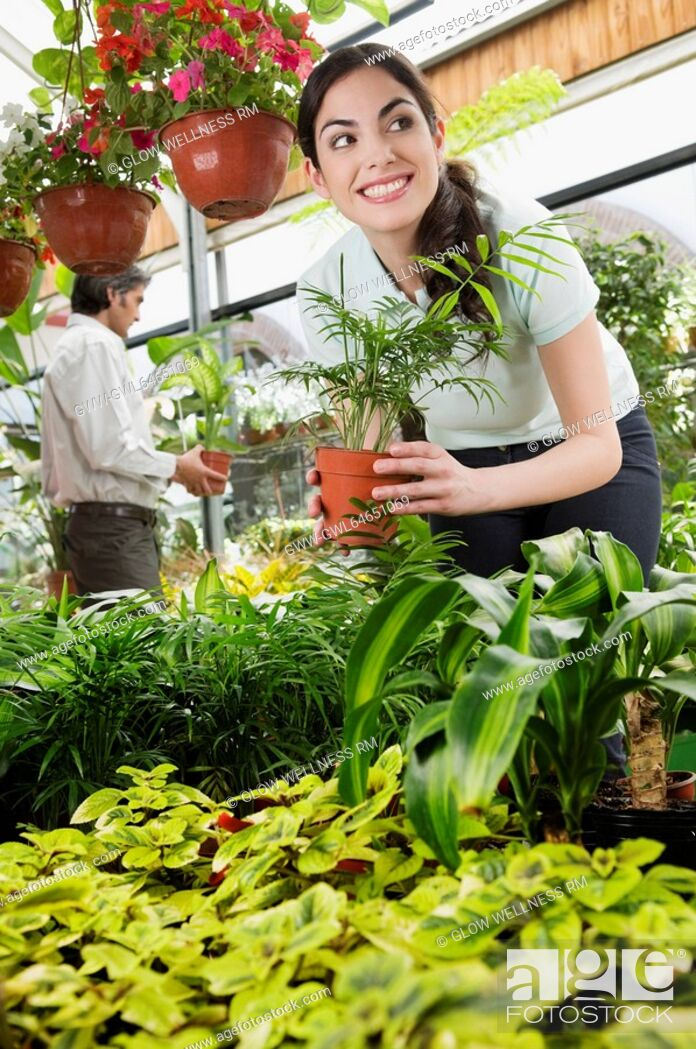 Imagen: Customers choosing plants in a greenhouse.