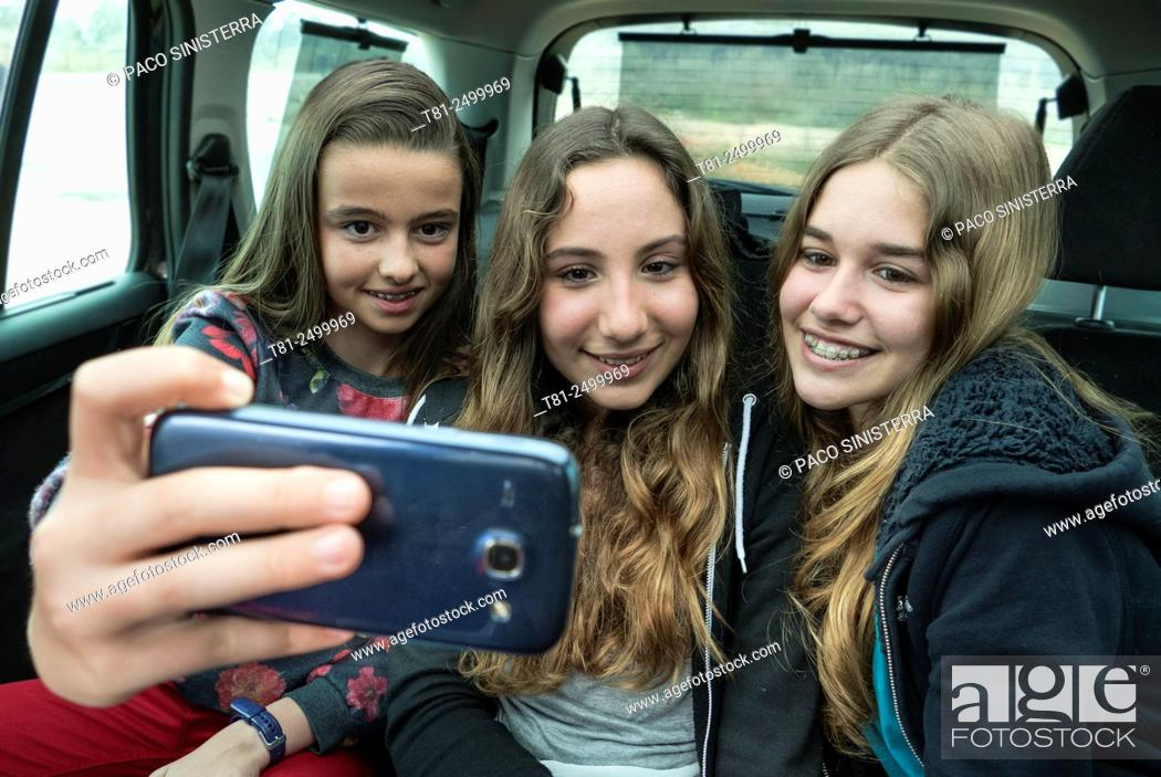 Imagen: Teen doing a Selfy in the car in Valencia.