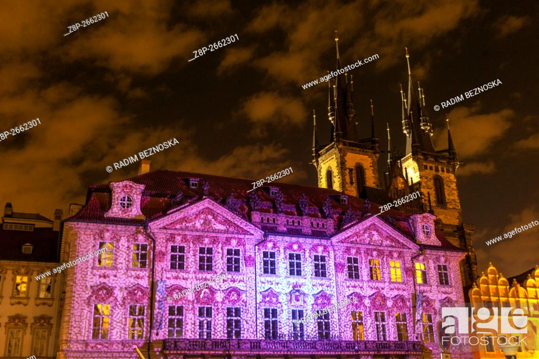 Imagen: The Rococo style Kinsky Palace illuminated during the Festival of Light, Old Town Square, in the background Tyn Church, Prague Czech Republic.