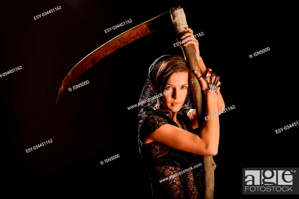 Imagen: Girl in a black lace smock with a scythe of death. concept.