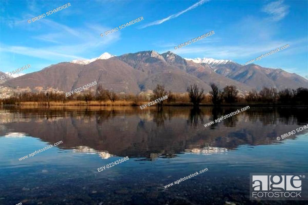 Stock Photo: Blick von Magadino Richtung Locarno.