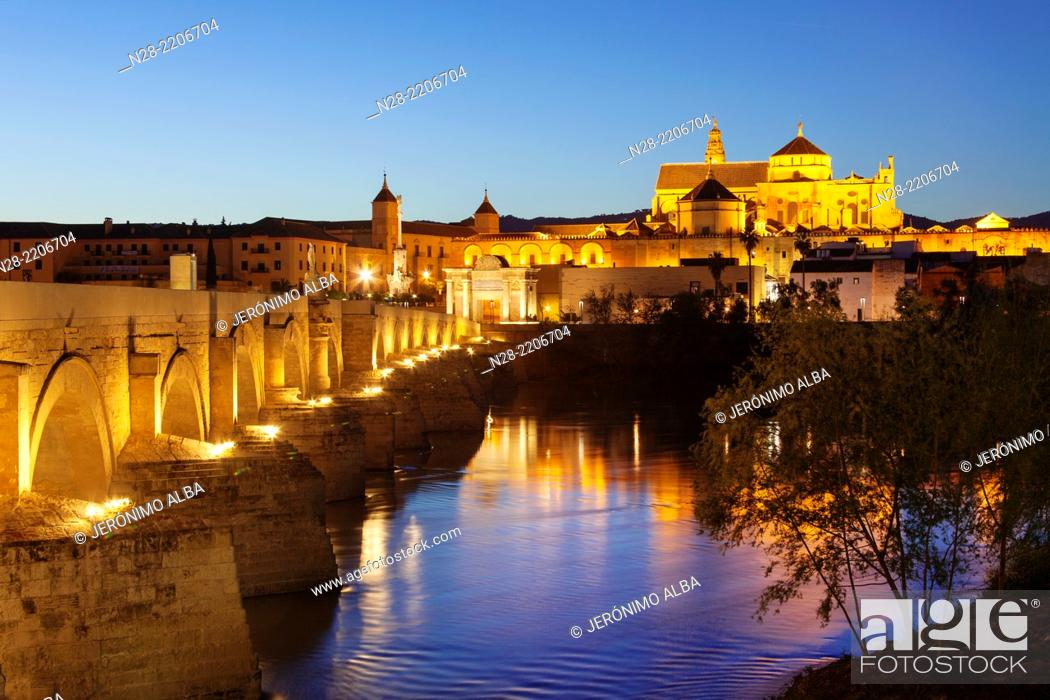 Imagen: Roman bridge over Guadalquivir river and cathedral mosque, Cordoba, Andalusia, Spain.