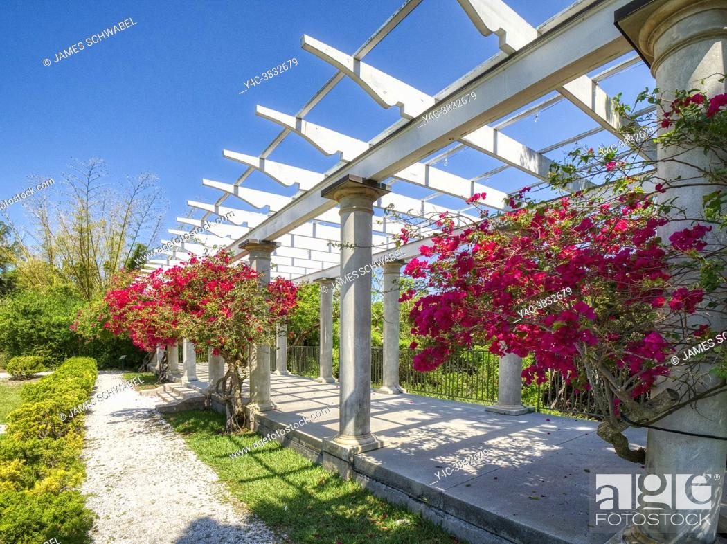 Imagen: Sunken Garden and Pergola at historic Spanish Point museum and environmental complex in Osprey, Florida. USA.