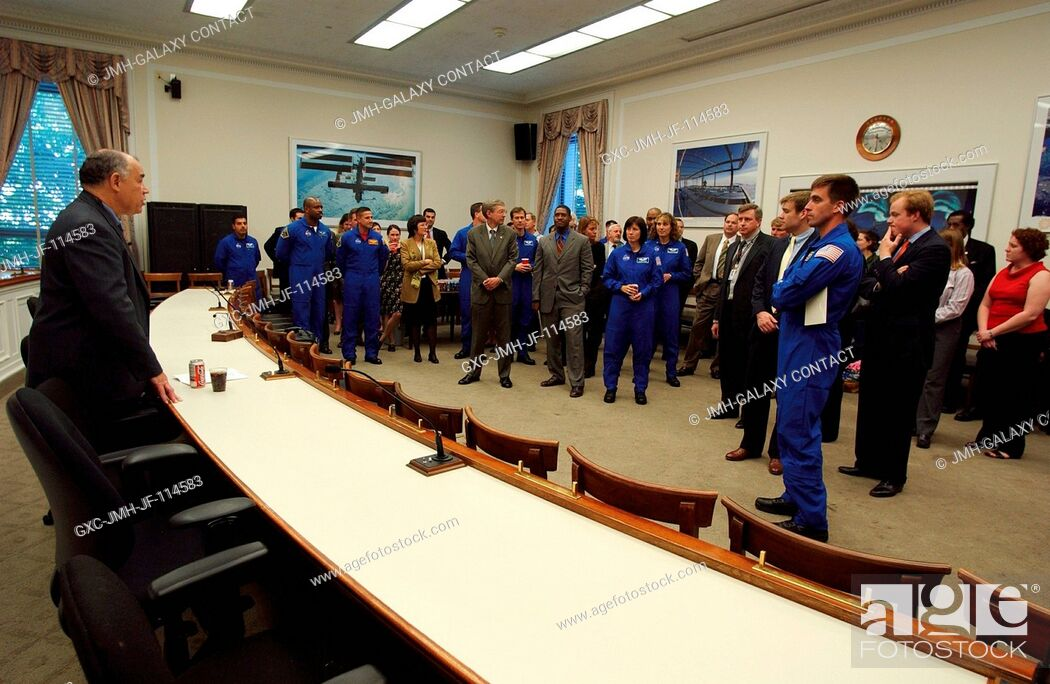 Imagen: Frederick D. Gregory, Deputy Administrator, addresses NASA's 2004 class of astronauts, house members, and others, at the U.S.