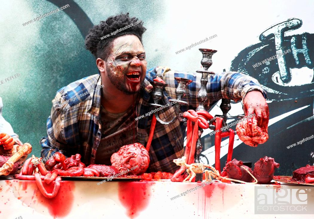 Imagen: 'Zombies' appear in a gory billboard in Shoreditch, London, to mark the arrival of two new The Walking Dead scare mazes at THORPE PARK Resort for its annual.