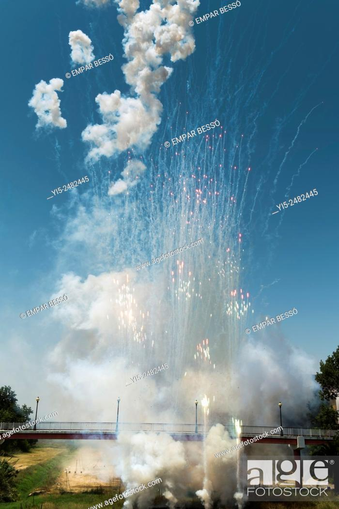 Imagen: Fireworks. Mascletà. Valencia. spain.