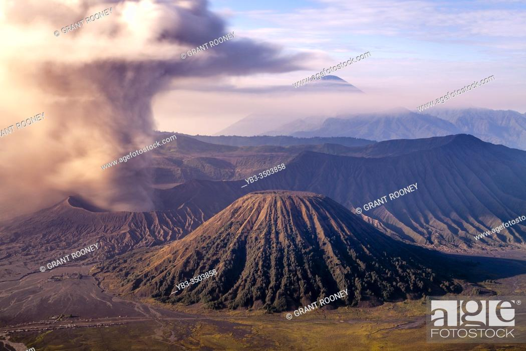Photo de stock: An Elevated View Of Mount Bromo, Mount Batok and The Bromo Tengger Semeru National Park, Java, Indonesia.