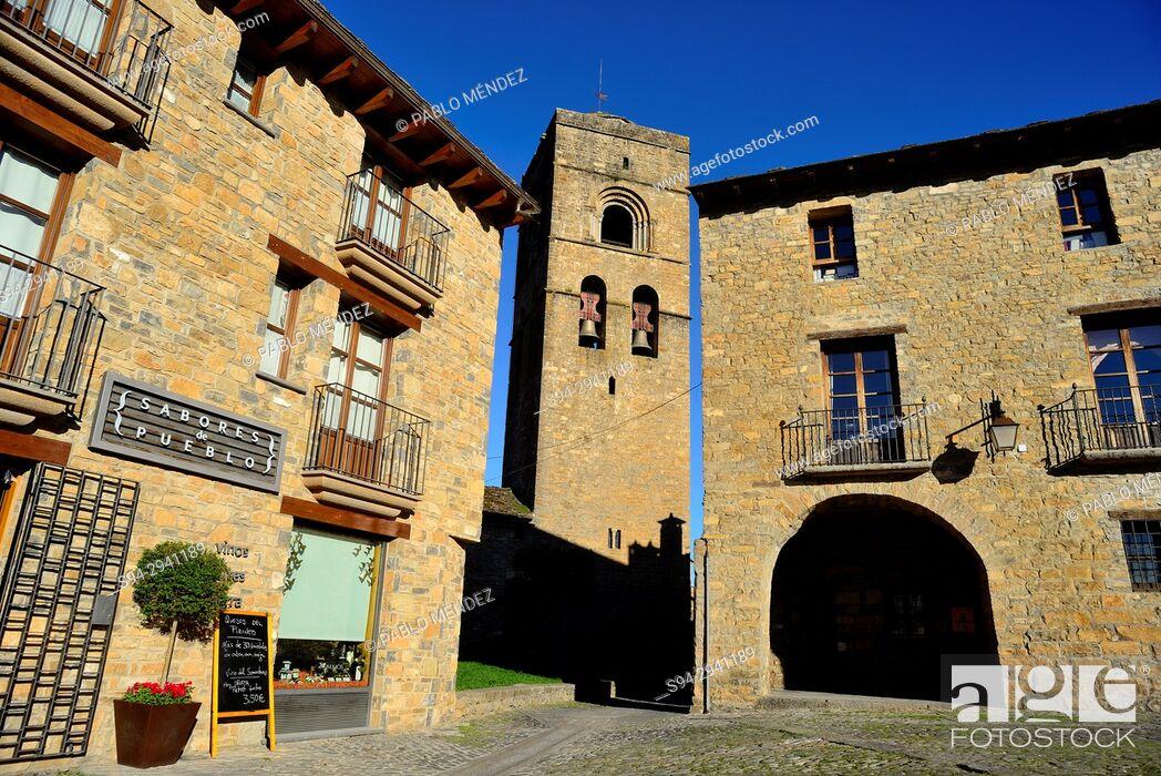 Imagen: Main square and Santa Maria church of Ainsa, Huesca, Spain.