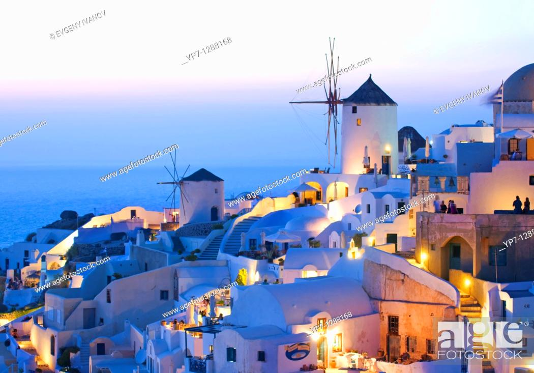Imagen: Iconic view of Oia village Santorini with windmills at sunset.