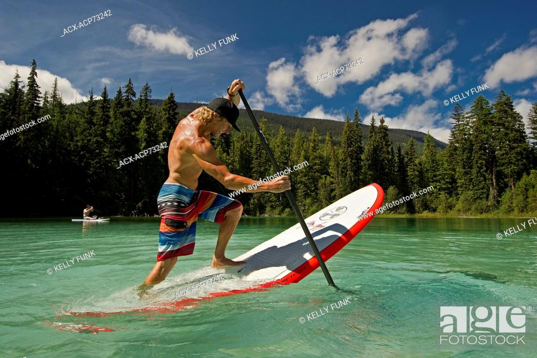 Imagen: A professional paddle boarder practises tricks while enjoying the tropical waters of Johnson Lake, North of Kamloops in the Thompson Okanagan region of British.