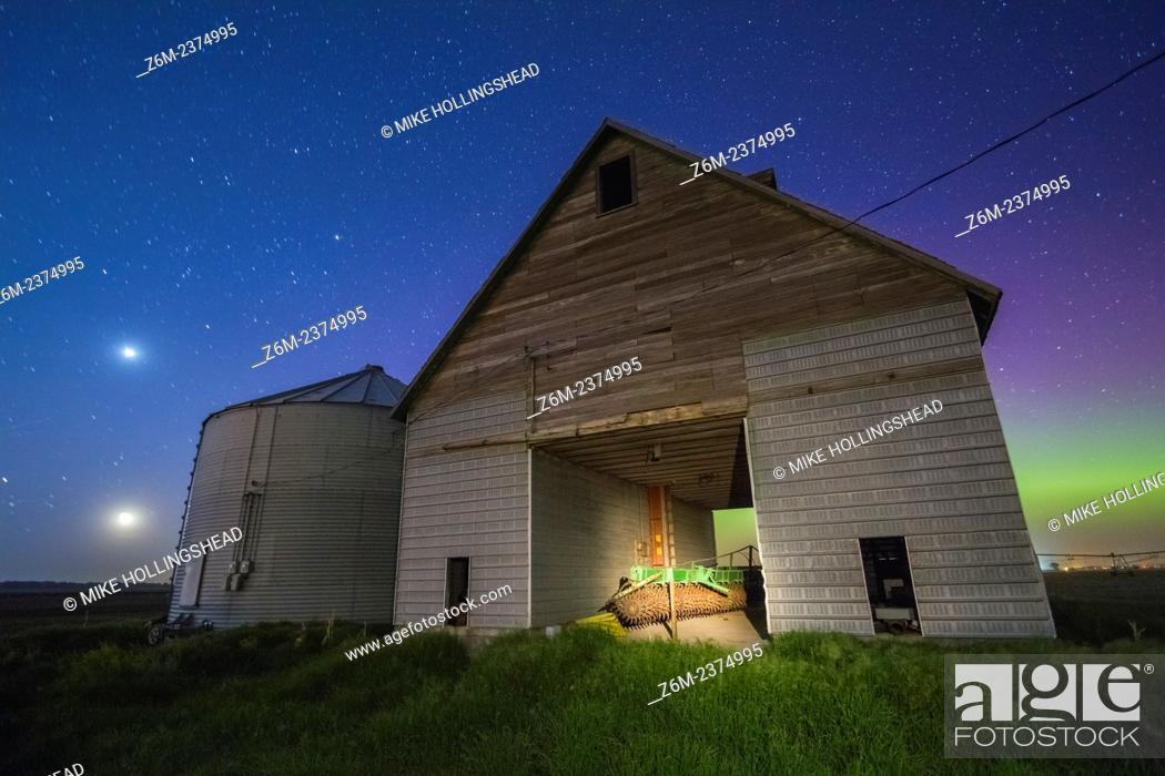 Imagen: Auroras shine over a barn in western Iowa.