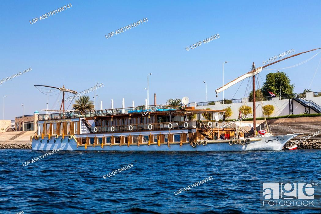 Imagen: Tourist dahabiyya moored along the bank of the Nile near Aswan.