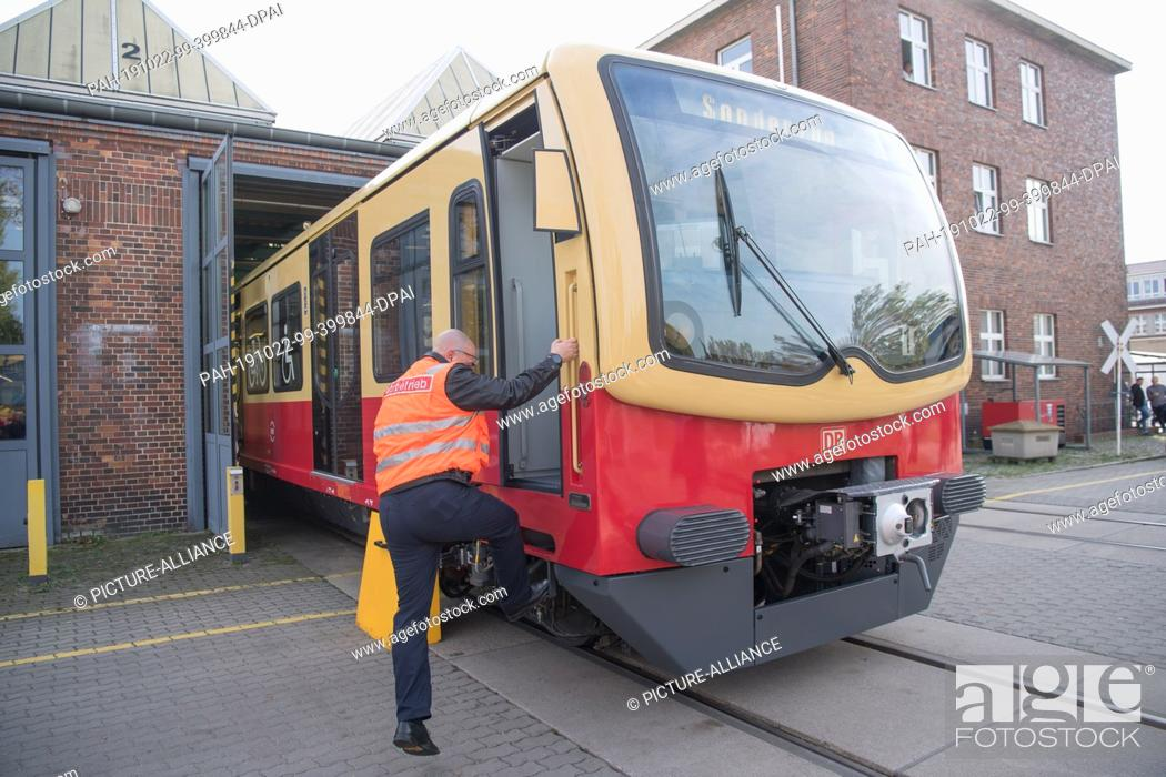 Stock Photo: 22 October 2019, Berlin: A locomotive driver gets on a refurbished S-Bahn train of the 481 series. 309 vehicles of the 481 series (built between 1997 and 2004).