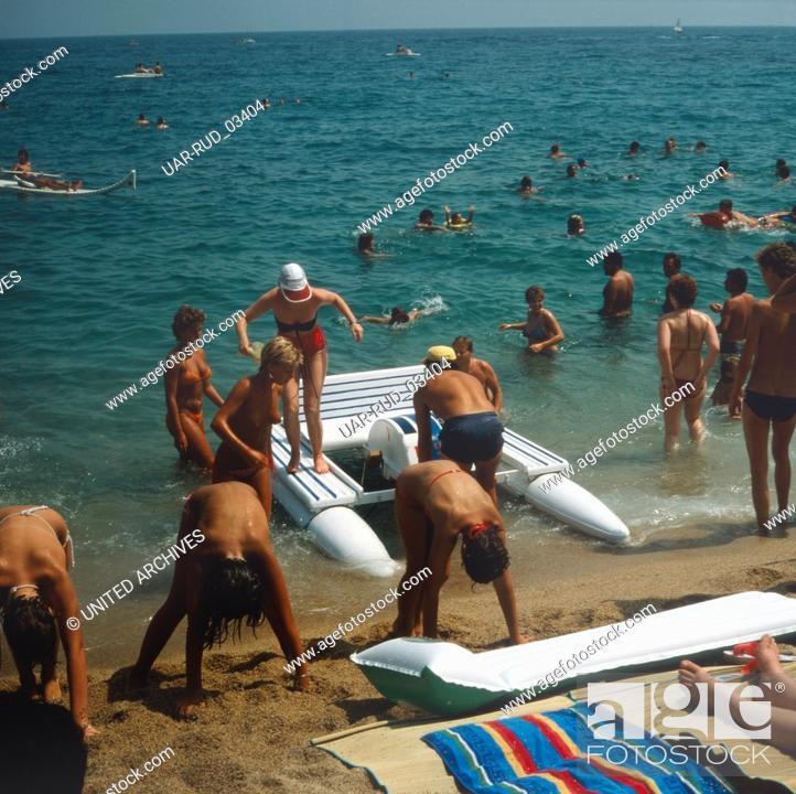 Imagen: Das Strandleben von Cesenatico an der adriatischen Riviera, Italien 1980er Jahre. Beach life of Cesenatico at the Adriatic Riviera, Italy 1980s.