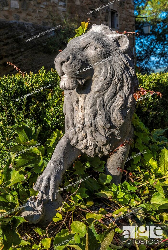 Imagen: France, Luberon, Vaucluse, Menerbes, statue of a lion in the courtyard of the castle (Most Beautiful Village in France).