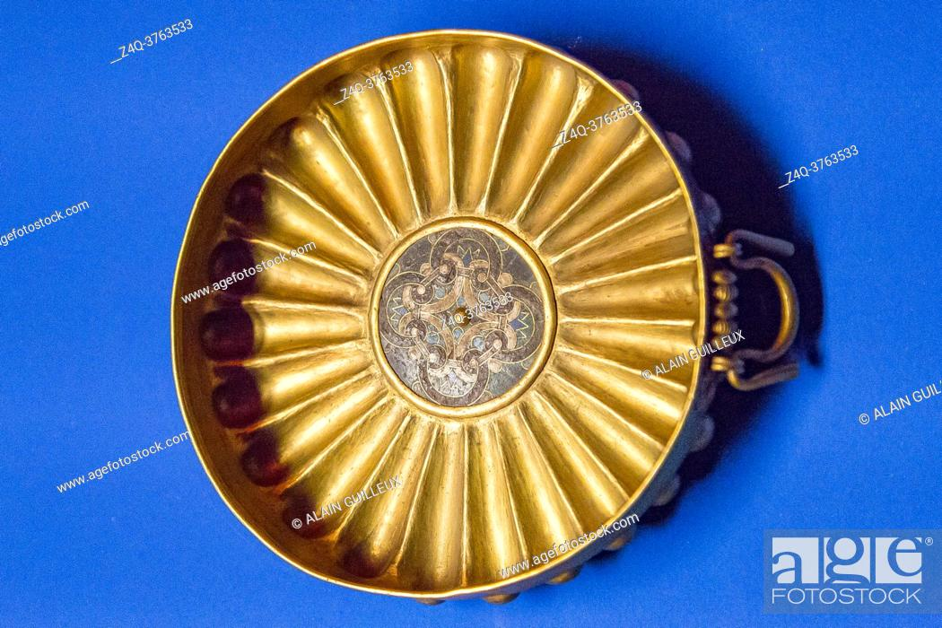 Imagen: Egypt, Cairo, Egyptian Museum, dishes found in the royal necropolis of Tanis, burial of Wendjebauendjed : gold bowl with a glass paste flower.