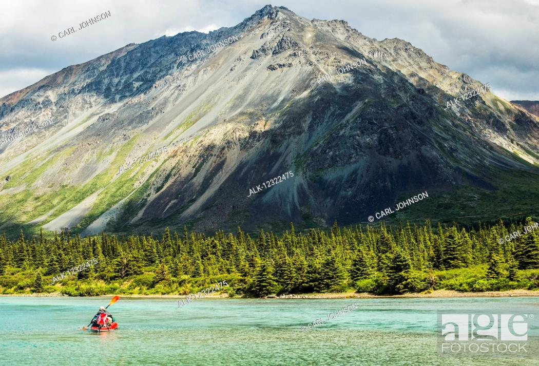 Photo de stock: A kayaker paddles across one of the Twin Lakes in Lake Clark National Park & Preserve, Southcentral Alaska, USA.
