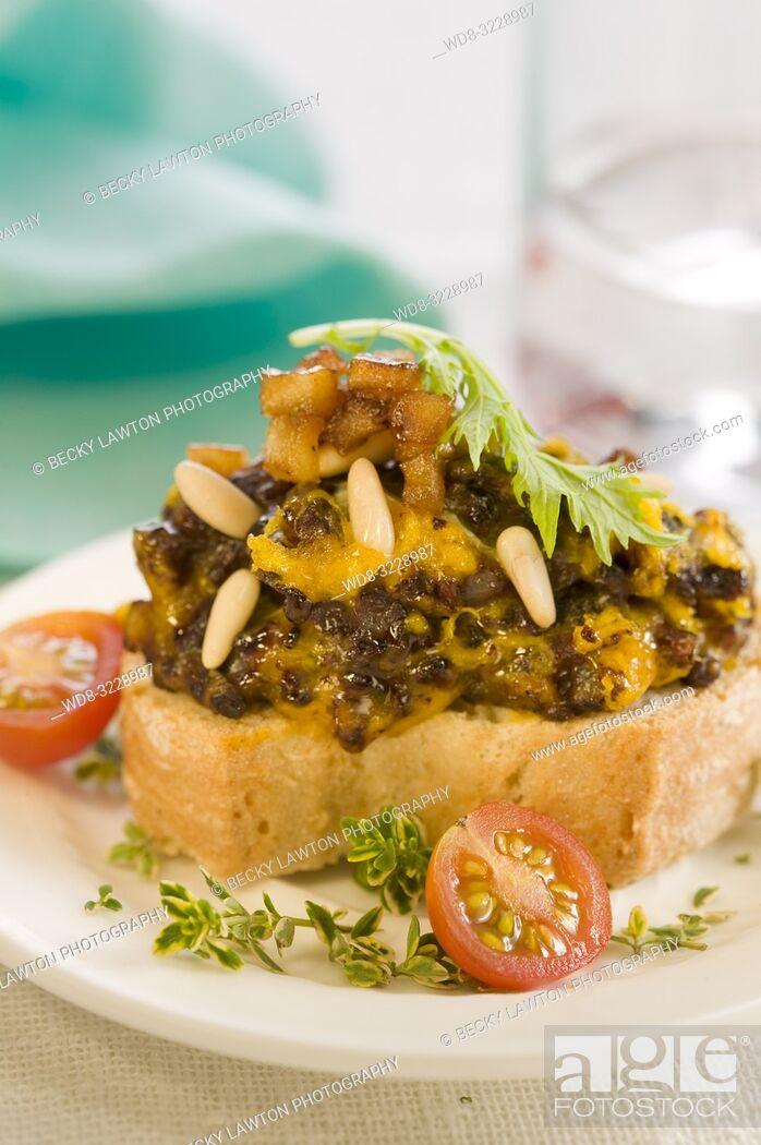 Imagen: Montadito de revuelto de morcilla con pasas, piñones y manzana / Montadito of scrambled black pudding with raisins, pine nuts and apple.