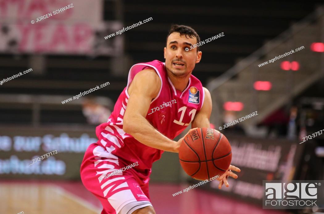 Imagen: Bonn, Germany, 27. 12. 2020, Telekom Dome, Basketball Bundesliga, Telekom Baskets Bonn vs BG Goettingen: Anthony DiLeo (Bonn) controls the ball.