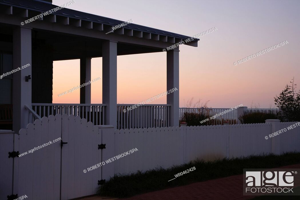 Imagen: Covered Porch And Fence At Sunset.