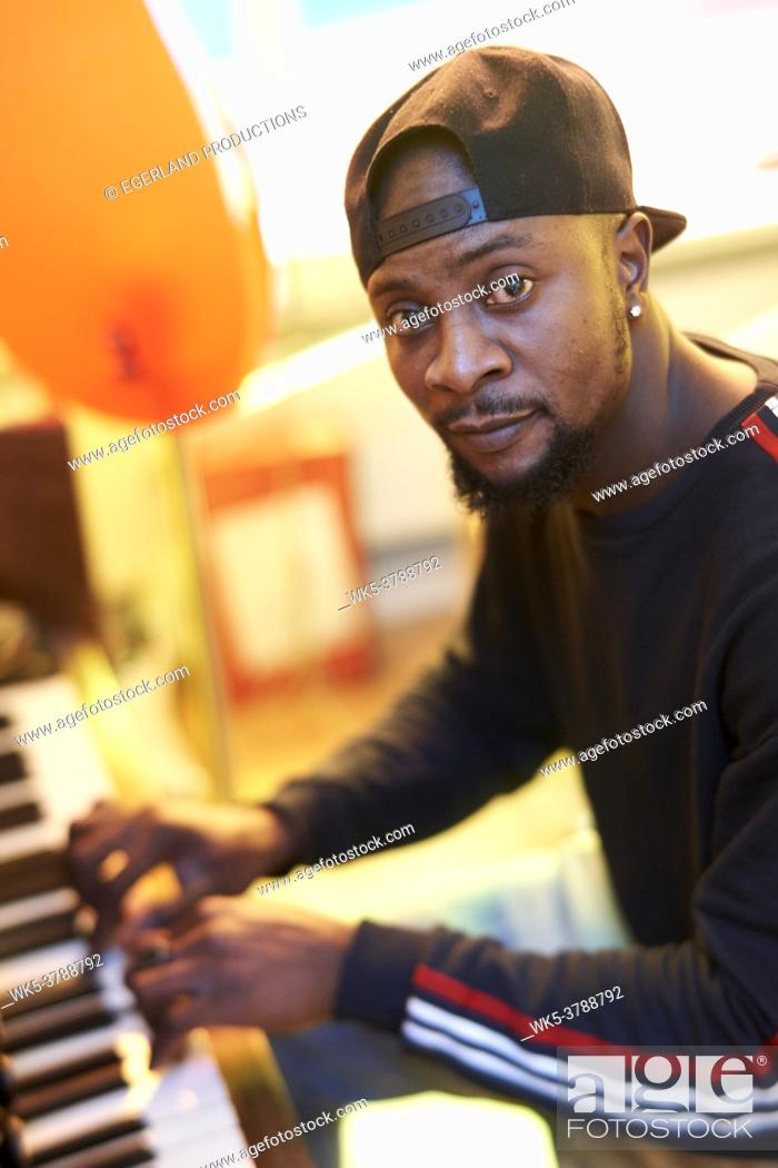 Imagen: African man playing piano.