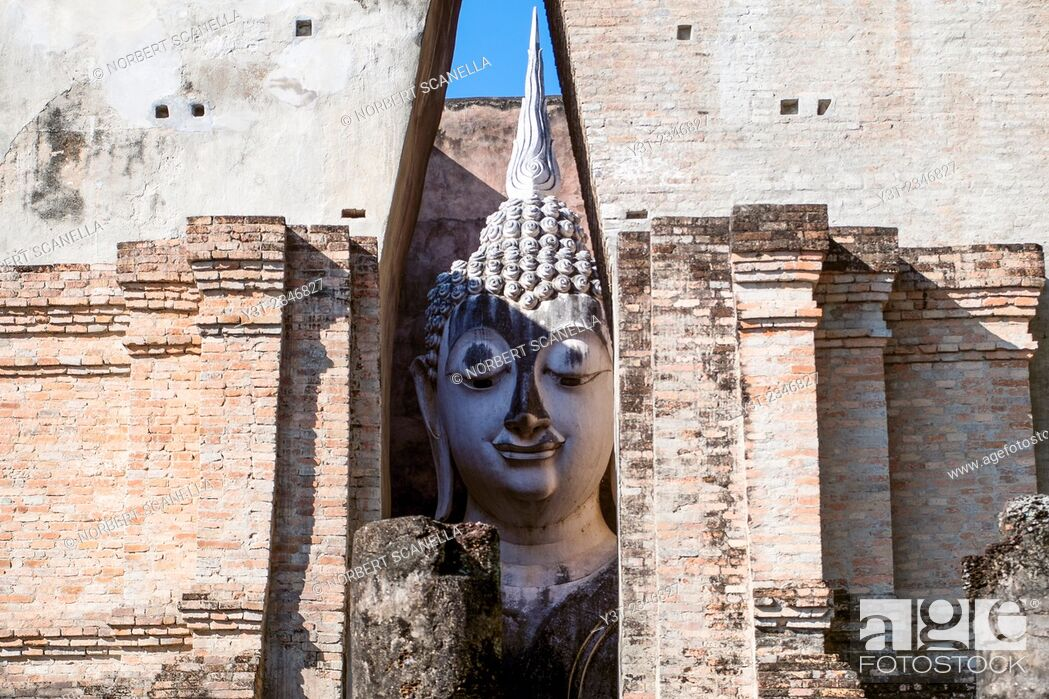 Stock Photo: Asia. Thailand, old capital of Siam. Sukhothai archaeological Park, classified UNESCO World Heritage. Wat Si Chum. Head of Buddha statue.