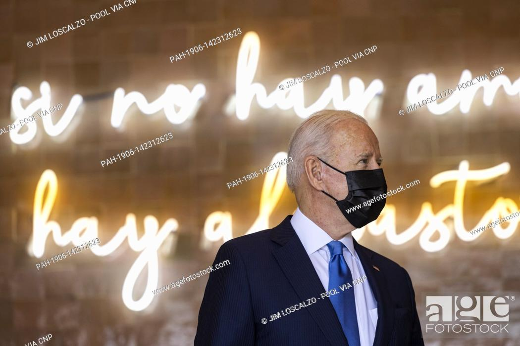 Photo de stock: United States President Joe Biden speaks to workers as he picks up tacos during a visit to Las Gemelas Restaurant in Washington, DC, USA, 05 May 2021.