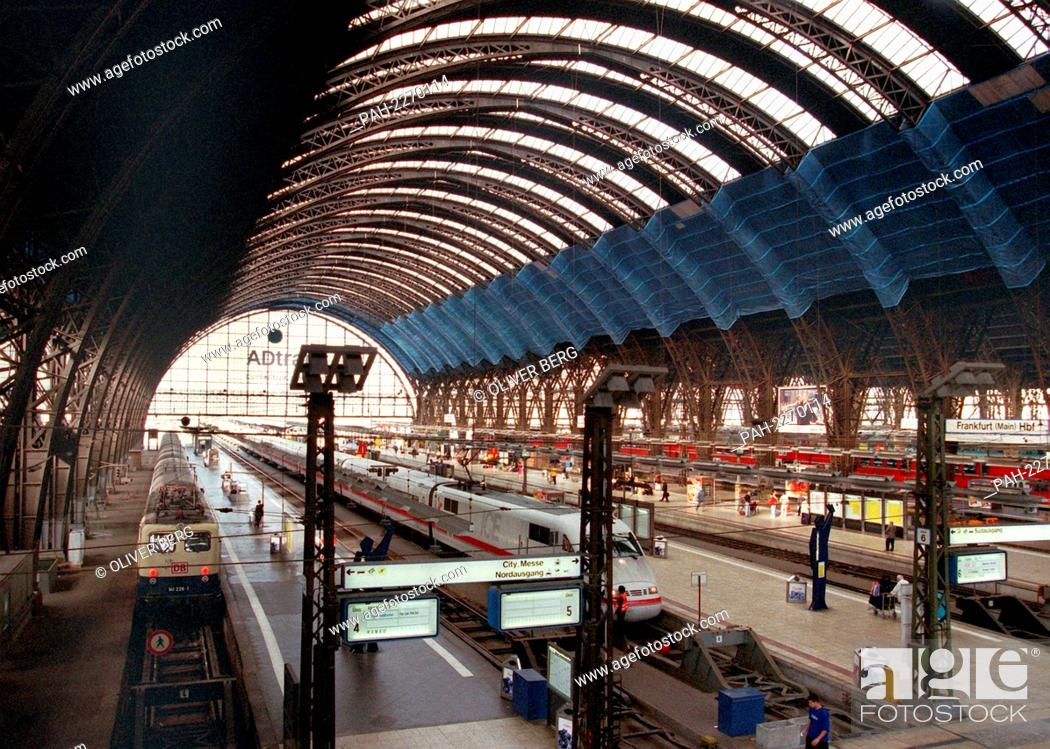 Stock Photo: View of the main station in Frankfurt am Main (photo from 25.8.1999). Steam locomotives, vehicle exhibitions and information about the train are in Hessen for.
