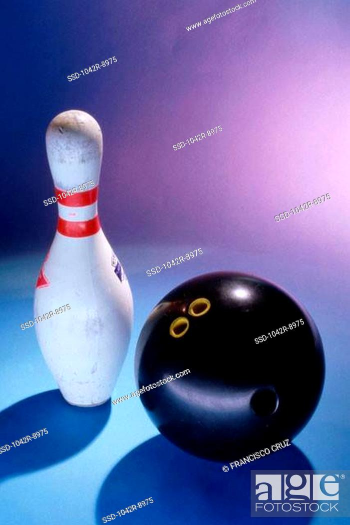 Imagen: Bowling ball and a pin.