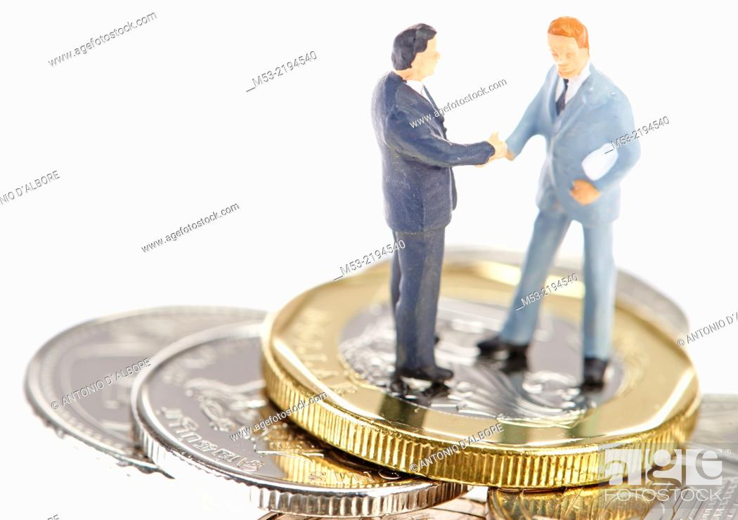 Imagen: Two businessman shaking hands on Singapore coins.