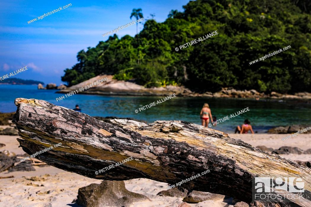 Stock Photo: 21 May 2019, Brazil, Ilha De Cataguases: On the Ilha de Cataguases in the Atlantic Ocean tourists relax under a blue sky on natural beaches.