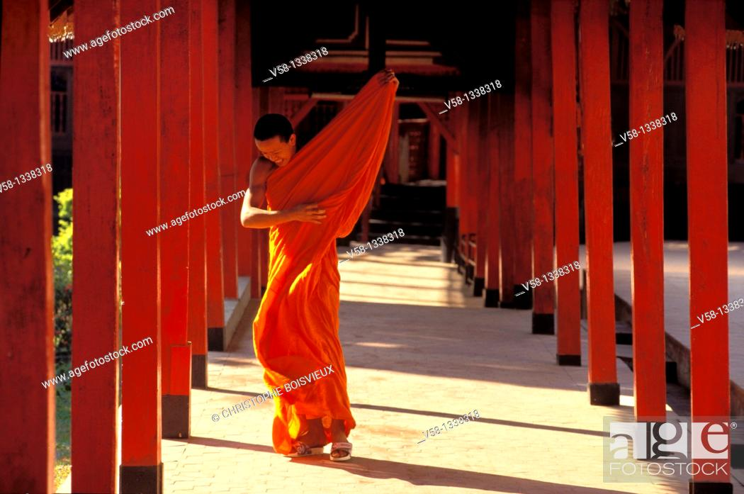 Stock Photo: BUDDHIST MONK, WAT PRHA THON TEMPLE, MAE HONG SON, THAILAND.