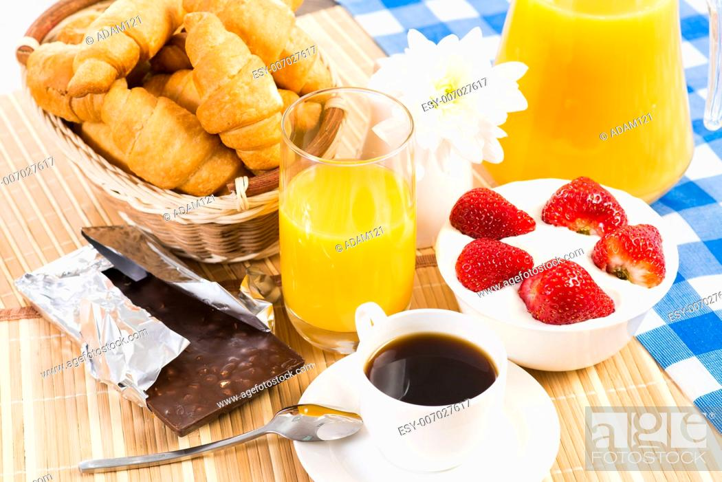 Imagen: continental breakfast: coffee, strawberry with cream, croissant.