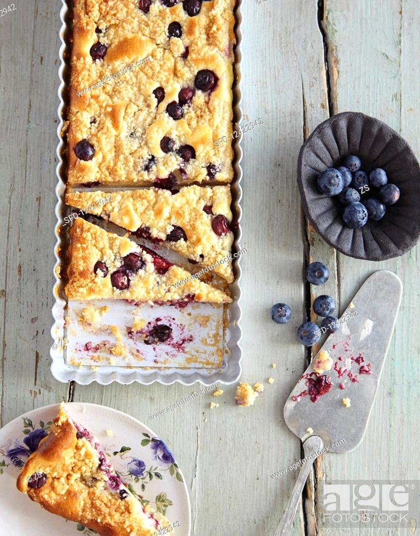 Photo de stock: Cheesecake with blueberries and almond crumbles.