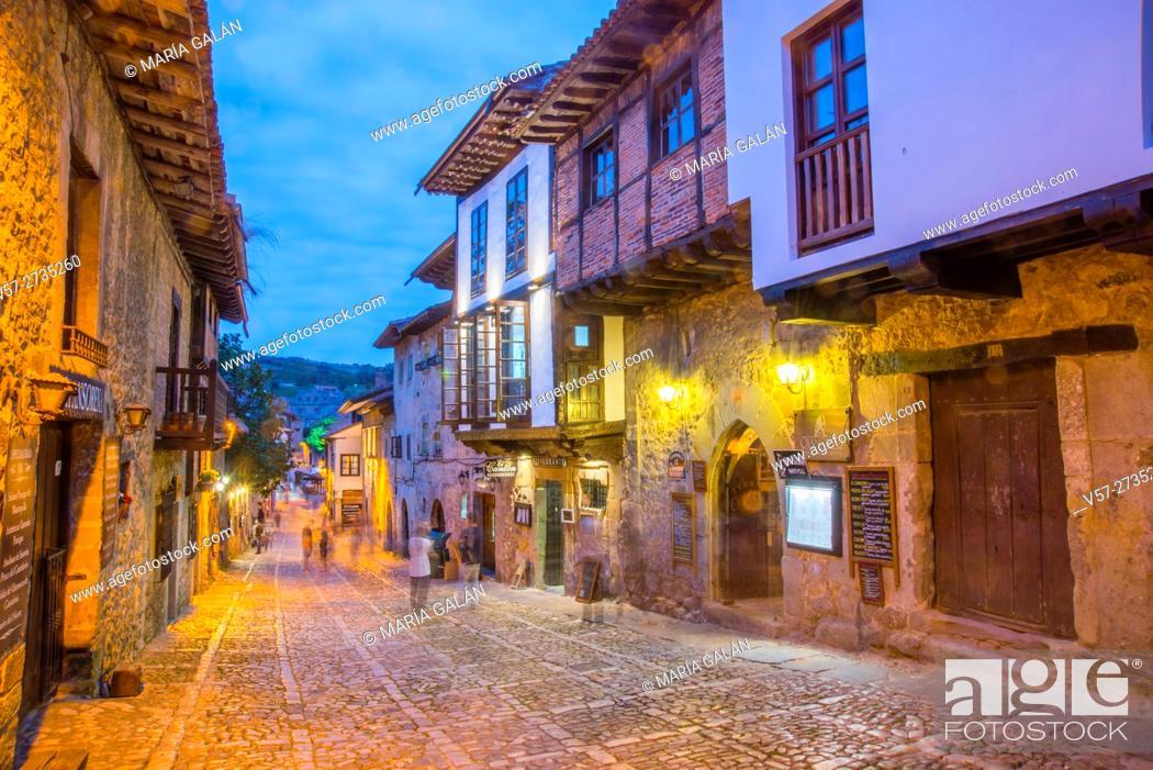 Imagen: Main street, night view. Santillana del Mar, Cantabria, Spain.
