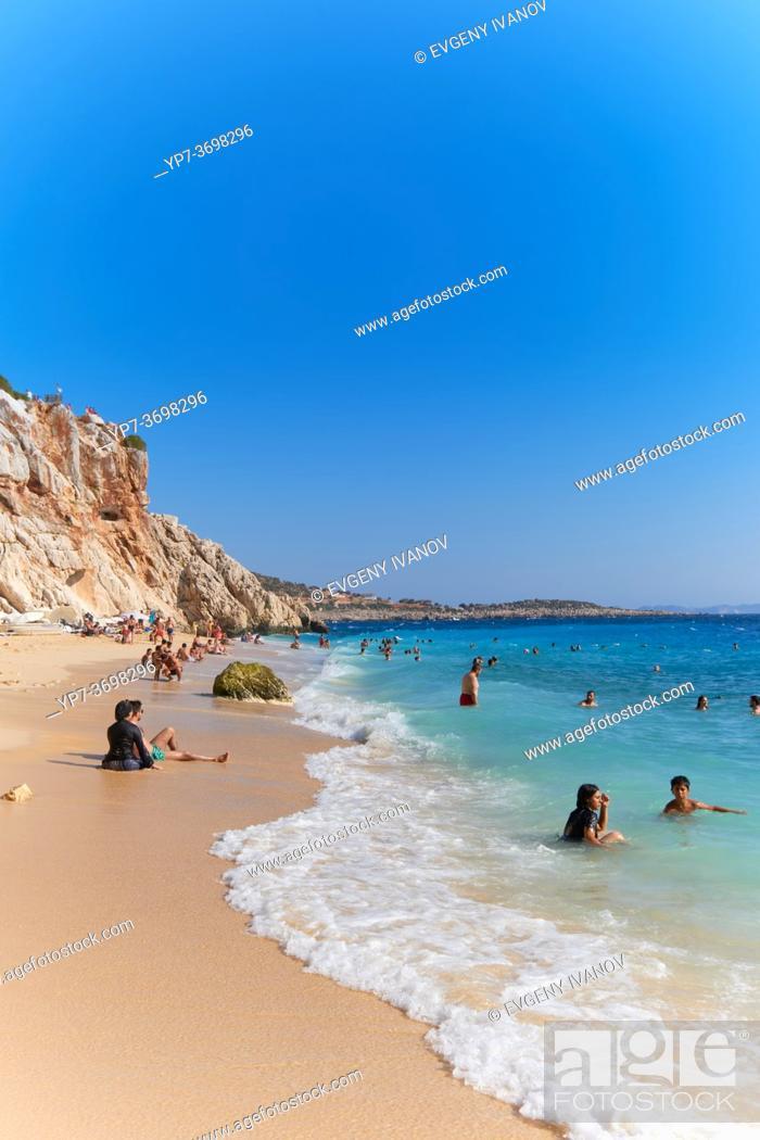 Imagen: People on the Turquoise coast shoreline, Kaputas beach, Turkey.