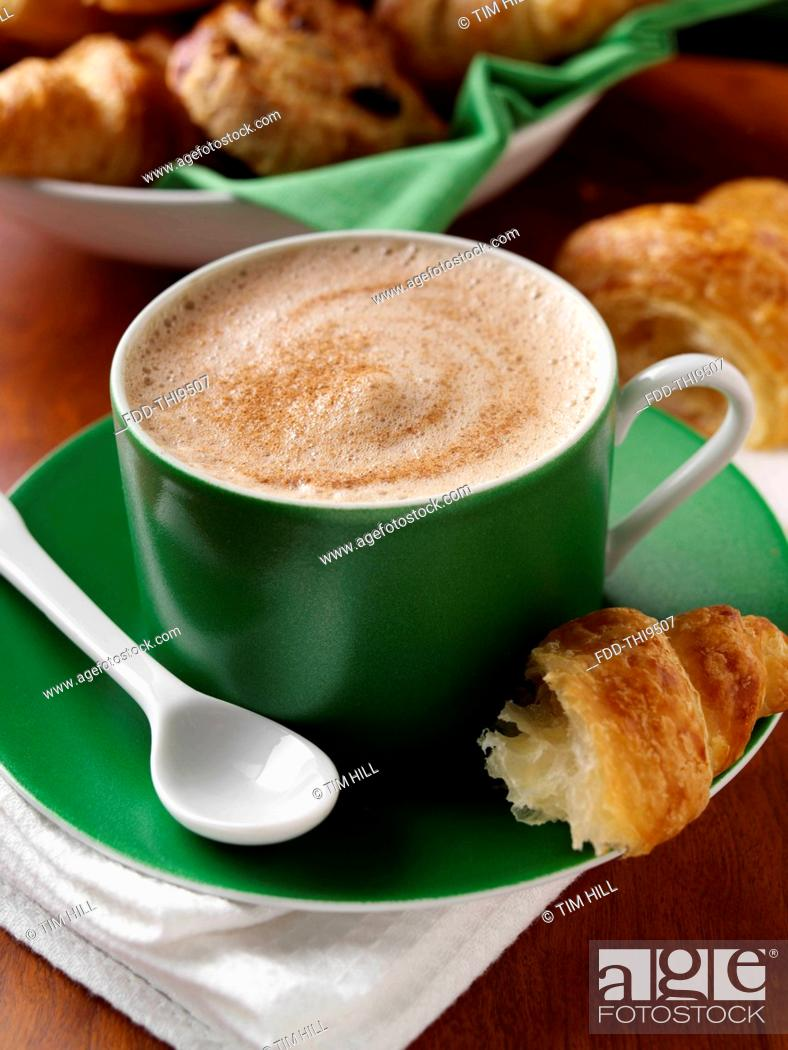 Imagen: A cup of cappuccino coffee and croissant.