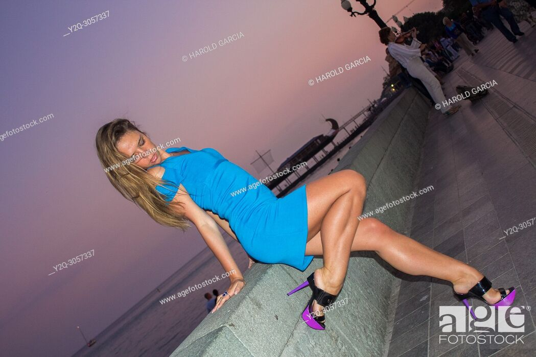 Imagen: Beautiful woman posing for the camera in different sensual positions in beautiful sunset in Yalta, Crimea.
