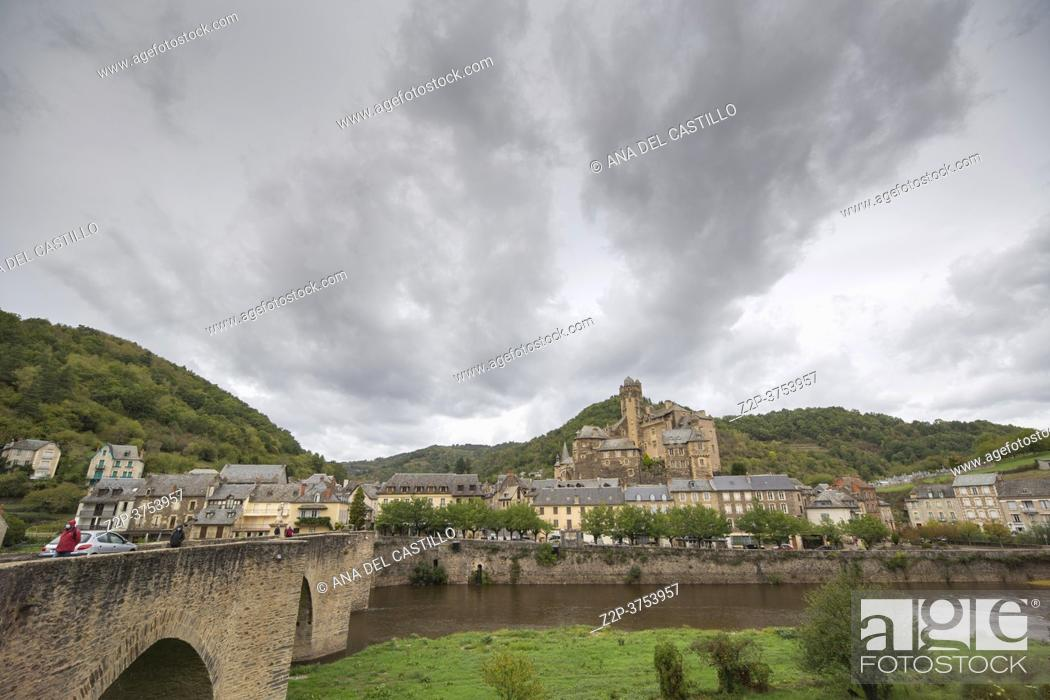 Imagen: Estaing Midi Pyrenees Aveyron France on September 26, 2020 the village is one of the prettiest villages in France. The bridge over the Lot River in Estaing has.