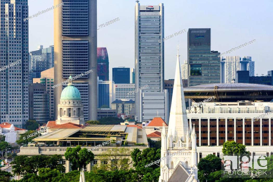 Imagen: Singapore cityscape views over St. Andrews Cathedral, National Gallery and Supreme Court towards skyscrapers of the downtown core CBD.