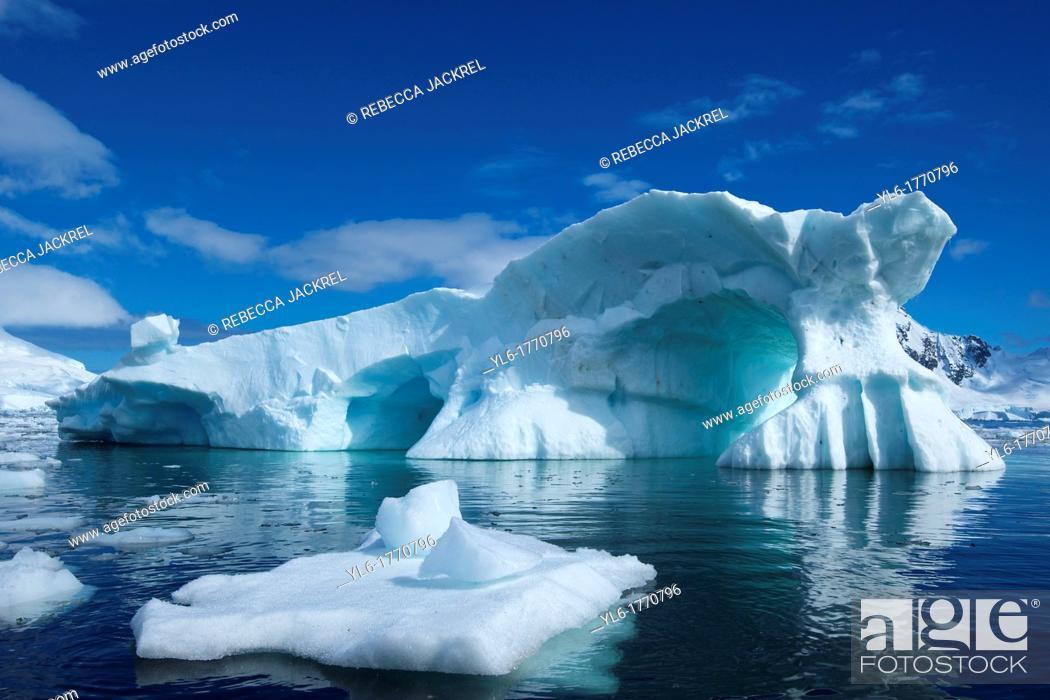 Imagen: An iceberg reminiscent of Peter Pan's Skull Rock floats in Skontorp Cove on the Antarctic Penninsula.
