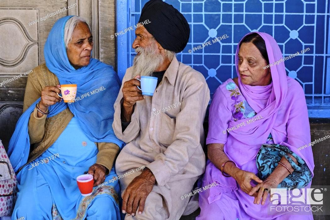 Stock Photo: India, Delhi, Old Delhi, sikh temple of Gurudwara Sis Ganj Sahib, tea time.